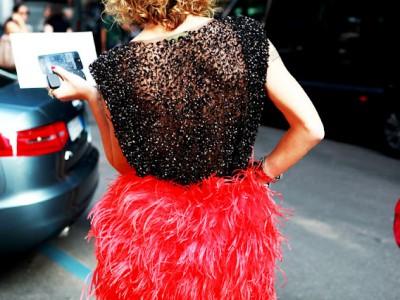 Aprende a lucir con acierto las faldas de pluma