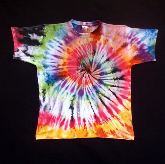 Camiseta tintada con motivos fractales