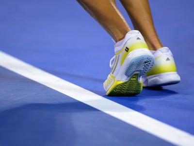 Practica tenis con el equipamiento de Adidas