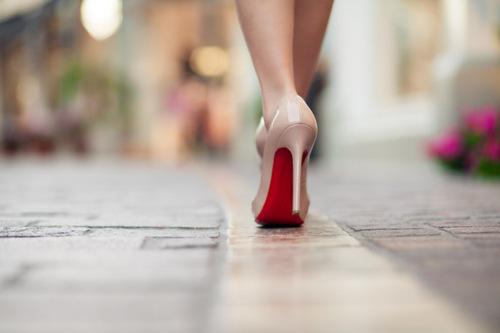 cómo caminar con tacones