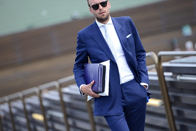traje azul eléctrico