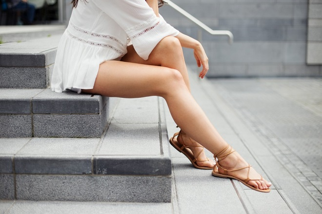 Cómo amarrar sandalias de tiras (4)