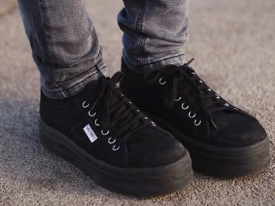 Cómo combinar zapatillas negras