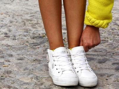 Cómo combinar zapatillas blancas