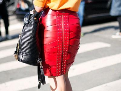 Cómo combinar una falda roja