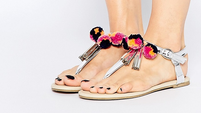 44 sandalias con pompones
